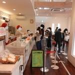 ベーカリーショパン - 日曜日のお昼前、レジが大混雑!