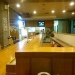 中華そば つけ麺 久兵衛 - 店内カウンター一番奥より厨房方面、正面にテレビのジョン。
