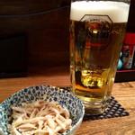 炭火やきとり 十兵衛 - 生ビール、鶏皮のお通し