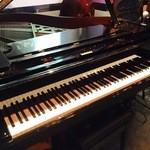 Piano Bar 十三's - グランドピアノ、ウッドベース、ドラム完備