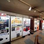 49687072 - 店内には貴重な自販機が設置されていますね。