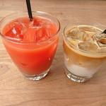 49727194 - ブラッドオレンジジュースとアイスカフェラテ