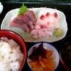 網納屋 - 料理写真:朝食:刺身定食(左から時計回りにワラサ、クロダイ、メジナ)¥860