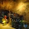 バー・カヴェルナ - 内観写真:洞窟を思わせるバックバーの壁画