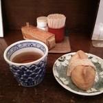いいづか・出雲そば - 卓上調味料をBackに、お茶&きつねさん
