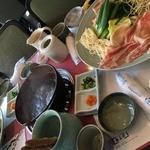 梅美津 - 豚しゃぶ定食の配膳 ※後からご飯とデザートも出てきました。