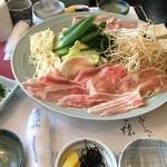 梅美津 - ランチメニューの豚しゃぶ定食 (864円 税込) ※写真は2人前を盛った大皿