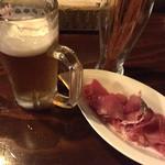 Italianバル HOME笹塚 - サッポロ黒ラベルとお通しと生ハムの切り落としです
