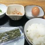 手打うどん長兵衛 - 海苔に生卵にご飯と豆腐にレンコンの煮物と漬物。