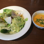 Naranja - ランチについてくる鎌倉野菜のサラダとカボチャのポタージュ