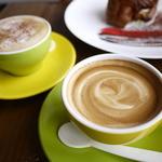 ピーズカフェ - カプチーノとフラットホワイト