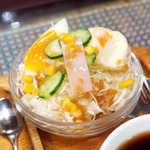 シャルラン - サラダの内容も充実。クォータカットの茹で卵も、丁寧な半熟に仕上げてある