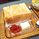 シャルラン - 4枚切りと思われる厚切りトースト。ジャムとバター、どちらで食べる?