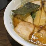 掃部介 - 肉の下からメンマ、青菜