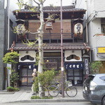 神田まつや - 外観写真:お店の正面 歩道を歩いてると遠くからはわかりにくいです