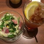 ポムの樹 - 料理写真:サラダとドリンク