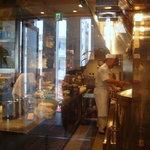 京華樓 - 厨房はガラス張りで調理の技が見られます
