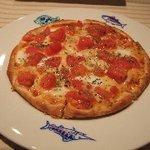ピーターパン - トマトとモッツアレラチーズのピザ