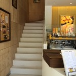 ゴールデンデュー カフェ - 二階がカフェスペース、下のカウンターで支払いを済ませて二階席で待ちます