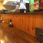 魚菜 由良 - 1階のカウンターは6席。前客が出立の数分後に後続の予約客が入って来ました。