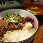 白肉屋 - ステーキ丼 432円と食べログクーポンで味噌汁無料
