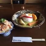 カフェくるくま - アグーソーセージキーマグリーンカレー¥1200とアグーしゃぶしゃぶサラダ¥380