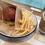 リシンク カフェ ウィズ プルーム テック - 料理写真:チーズバーガーとドリンク&ポテトセット