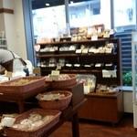 おこめパン&カフェMAGOME - 入口からの店内の様子です。