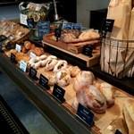 Salvador - シンプルで、本格的なパンが並びます