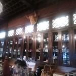 菊 - 壁面にはグラスやコーヒーカップなどたくさん