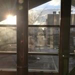 ビアカフェあくら - 窓際の席から外を眺めます。