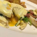 エッグスンシングス - 料理写真:ポーチドエッグにナイフ入刀‼︎ 卵の黄身がトロ〜っと。 バターとレモン果汁と卵黄を使用して乳化し、塩と少量の黒コショウで風味付けしたオランデールソースと供に。 イングリッシュマフィンと一緒に頂きます。