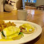 エッグスンシングス - 料理写真:スタンダード(ホウレン草とベーコン)のエッグスベネディクト 1,280円(税別) ホウレン草とベーコンをソテーしたEggs 'n Thingsで人気のエッグスベネディクト。