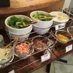 炭焼きイタリアン 炭リッチ - サラダの種類は少なく。
