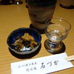 石づか - 201604 万齢 無濾過生(佐賀県 小松酒造) 1合 750円とお通しの漬け物