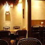 ローカルインディア - 個室風に区切られた席も 壁にはお面…