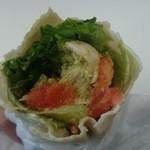 50344441 - トルティーヤの中にはゴロゴロ鶏とギッシリ野菜、甘いトマトとバジルペーストが合う!