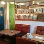 ブックカフェ ゴドー - 本は隣の部屋などにも多数