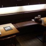 七志 とんこつ編 - 2名様用テーブル席を計7卓ご用意。快適な片側ソファーのお席もございます♪