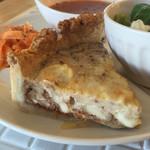 サンカフェ - 料理写真:くるみとたっぷりチーズのキッシュ