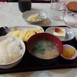 メイプル - 料理写真:朝定食 ごはん・みそ汁・冷奴・香物・玉子焼・コーヒ- 580円