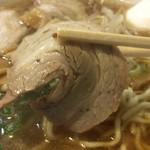 すみれ - チャーシューは、肉の旨味が濃厚で美味い