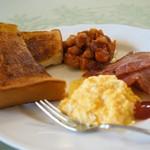 café de campagne - バタートーストとスクランブルエッグ、ウインナー2本、ベーコン1枚、お豆さんのトマト煮