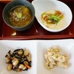 ゆがわら 一二一 - できたて豆腐ランチセット(1,000円)の豆乳豆腐とお惣菜3種