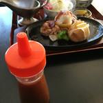 青山レストラン - 手前 ドレッシング 奥に見えているのがおろしチキン