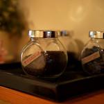 コーヒー ロード - 瓶に入った珈琲豆。
