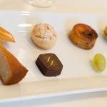メゾン エメ・ヴィベール - 小菓子はいやしくも全種類いかせていただきました。このレベルでこのコスパは今までで最高得点です!\(^o^)/