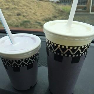 森高牧場 - ドリンク写真:ブルーベリー、紅茶(各390円)