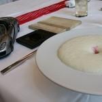 ザ モメンタム バイ ポルシェ - ミニカーと玉ねぎのエスプーマのスープ