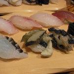 寿し おもと - 石垣島近海にぎり寿司(8貫 1,480円)手前左から『アオブダイ』、『タカセ貝』、『シャコ貝』、『海ぶどう』 右奥は石垣産マグロ。あとは忘れました・・・